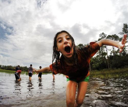 Achteraan in de rij in de rush op een zomerkamp