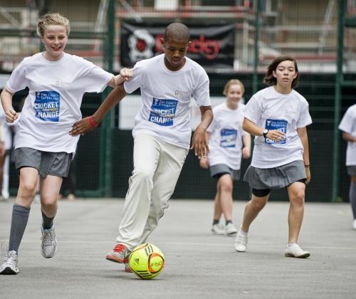 Arm, dus buitenspel? Sportdeelname en sportkansen van mensen in armoede.