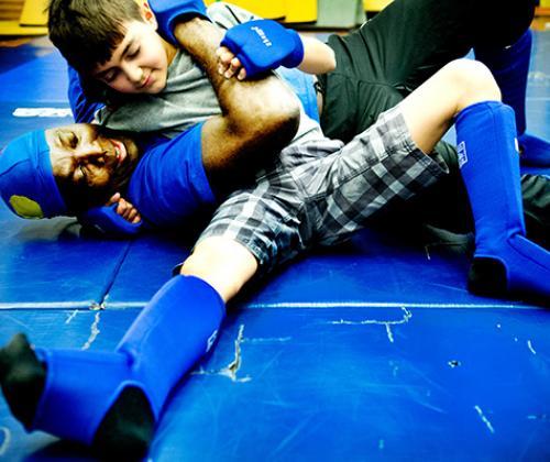 Vluchtelingen maken kennis met worstelsport